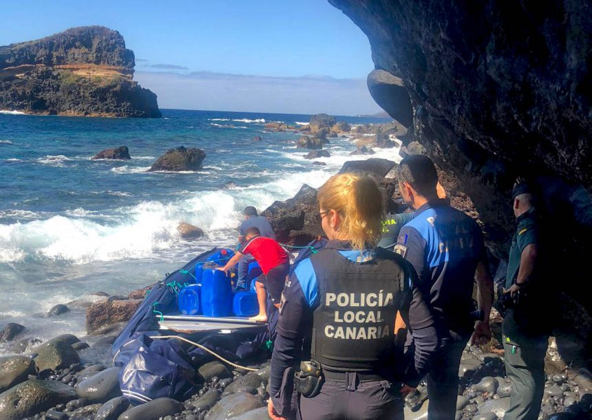 Policía y Guardia Civil inspeccionan embarcación abandonada en la costa de Santa Úrsula