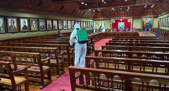 Tareas de desinfeccion en el Salón de Plenos del Ayuntamiento del Puerto de la Cruz