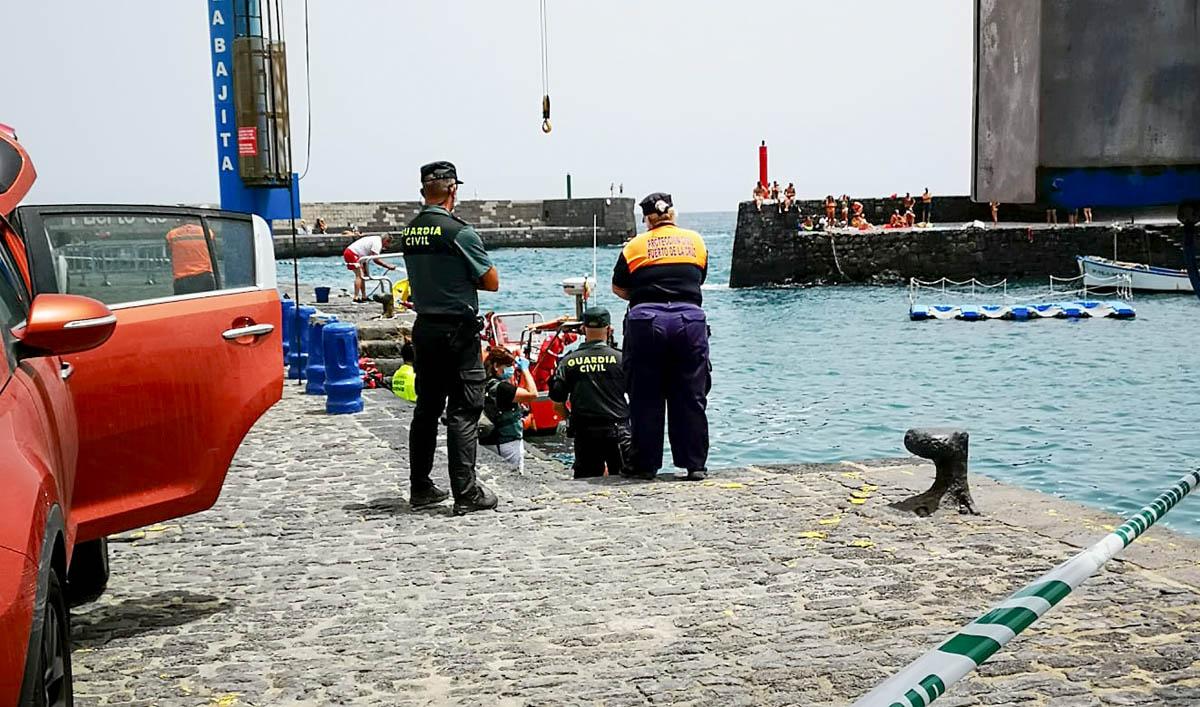 Tareas de recepción del cadáver en el muelle del Puerto de la Cruz