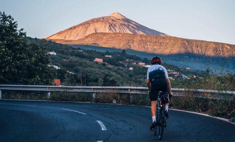 """El ciclista Alfonso Pérez culmina con éxito el reto solidario """"Soy Montaña"""" desde Martiánez hasta el Teide"""