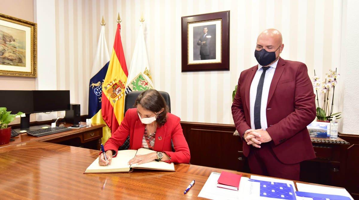 La ministra de Turismo Reyes Maroto firma en el libro de honor del Ayuntamiento portuense